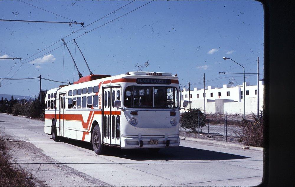 Na třídě Patria na severozápadě města byl dne 22. 11. 1977 zachycen trolejbus ev. č. 2009.(zdroj: kolekce Stephena Scalza / Scalzo Collection)