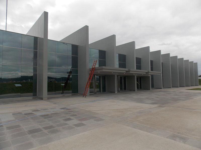 Navenek vypadá stanice El Labrador jako hotová, uvnitř ale vládne čilý stavební ruch, neboť teprve před pár dny odsud vyrazila na svou pouť razicí souprava. Stanice Magdalena už částečně slouží, tedy jen povrchové dopravě.(snímek: Metro de Quito)