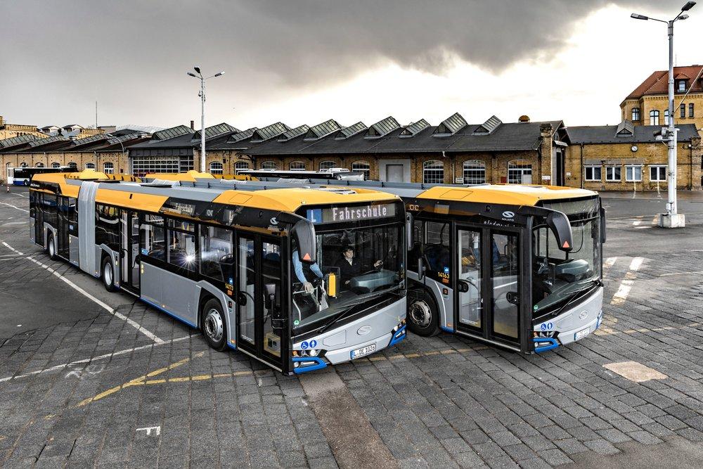 Dvojice Solarisů New Urbino 18 pro potřeby autoškoly. (foto: Solaris Bus & Coach)