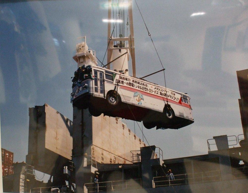 Snímek zachycující manipulaci s jedním z 9 darovaných trolejbusů.
