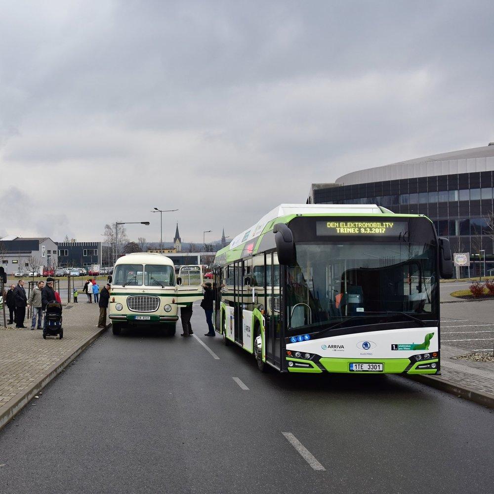 Nejen elektrobusy Škoda Perun HE budily pozornost veřejnosti, ale také historický autobus Škoda 706 RTO CAR. (foto: Miroslav Halász)