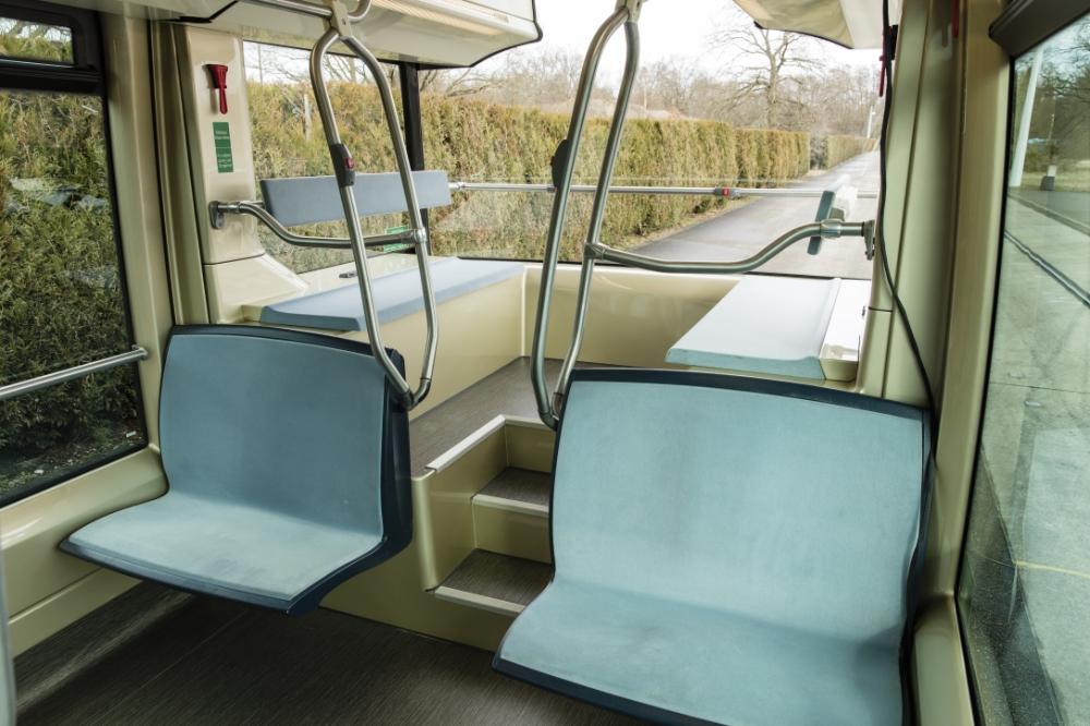 Zadní vyvýšená plošina s lavicemi pro cestující. (zdroj: Alstom)