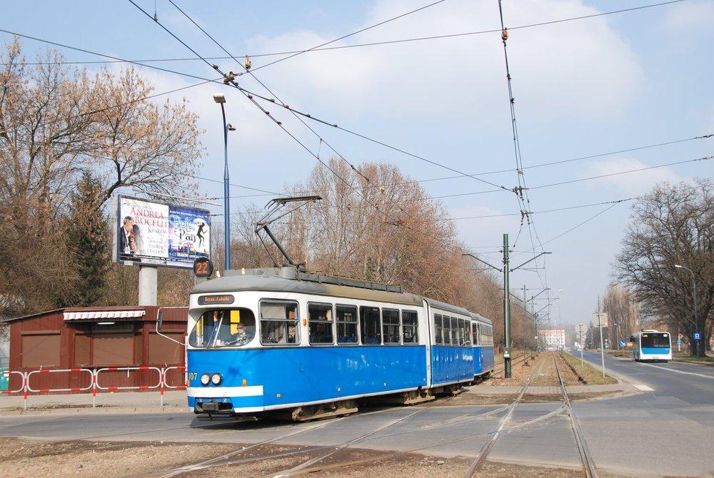 Celkem 33 vozů typu E1 pořídil Krakov v letech 2004-13 z rakouské Vídně. Tři z nich posloužily jako zdroj náhradních dílů, zbylých 30 bylo zařazeno do provozu. Dodnes jich v ulicích města můžeme potkat 28. Na snímku vidíme vůz ev. č. 107 (dnes HW107) z roku 1967, jenž sloužil ve Vídni do roku 2004 pod ev. č. 4461. (foto: Libor Hinčica)