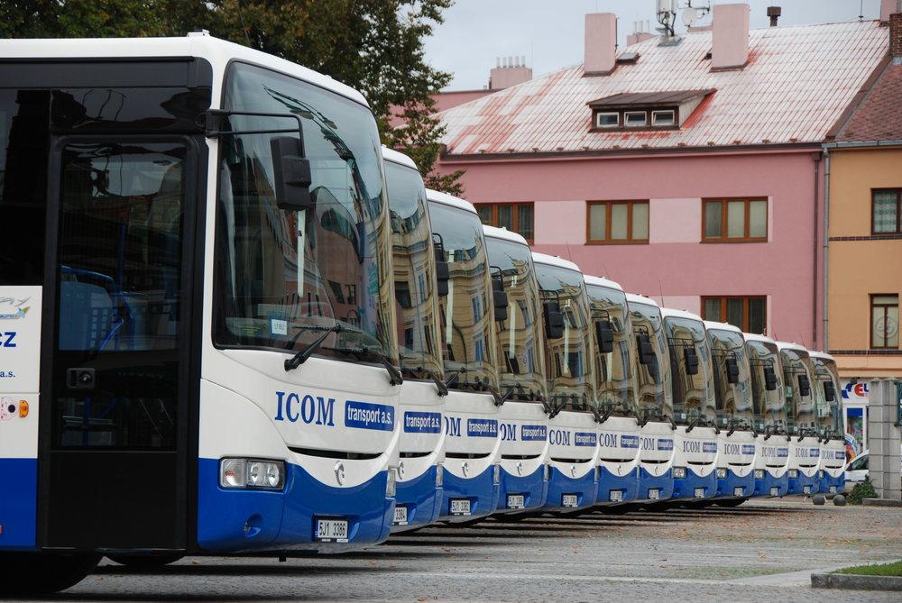 Autobusy Iveco Crossway pro dopravce ICOM transport a. s. Právě dopravce ICOM transport je znám tím, že se v jeho službách autobusy po krátké doběstřídají, neboť využívá možnosti odprodeje ojetých vozů.(foto: Libor Hinčica)
