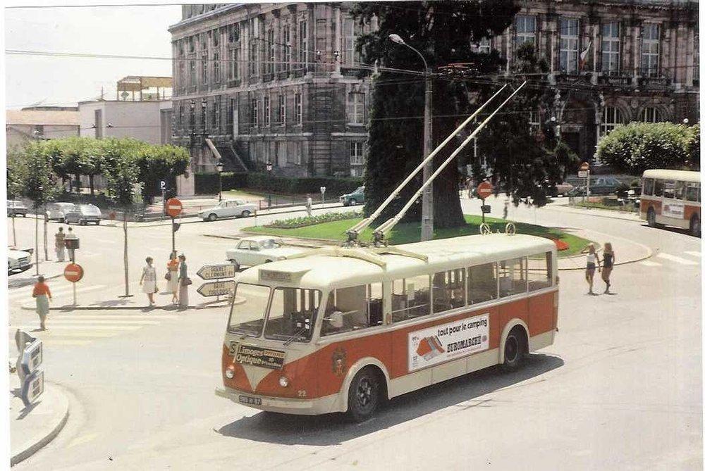 Designově povedený trolejbus VETRA CB 60 ev. č. 22 na snímku z Limoges, kde byl zachycen roku 1986 před tamní radnicí. Původní lak byl v šedé metalíze. (foto: sbírka Rolanda le Corffa)