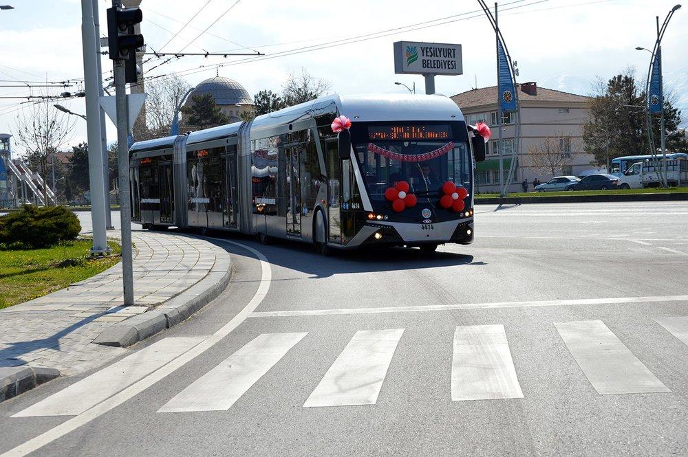 Tříčlánkové trolejbusy pojmou okolo 200 pasažérů. S jejich použitím se počítá i v Sanliurfě. (foto: MOTAS)