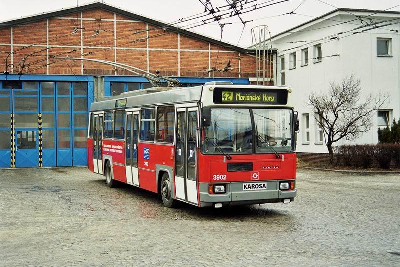 Trolejbus Škoda 17 Tr ev. č. 3902 v původním provedení na sklonku 90. let. (foto: Dušan Kuchař)