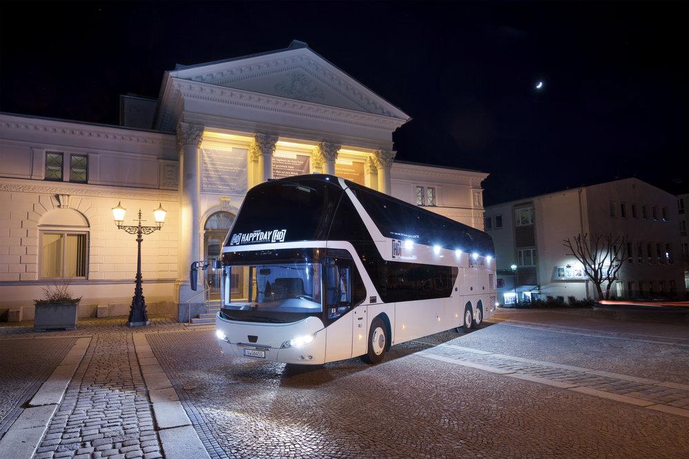 Na první pohled obyčejný autobus Neoplan Skyliner je ve skutečnosti vozidlem s netradiční lůžkovou úpravou. (foto: MAN Truck & Bus)
