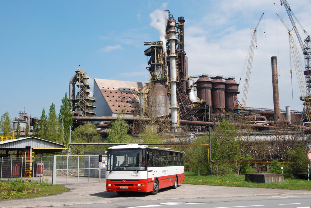 Kromě elektrobusů slouží na linkách třinecké MHD nadále také autobusy Karosa B 952. Jedním z nich se mohli účastníci akce projet po Třinci, přičemž nechyběla ani možnost pořídit si fotografie pod typickými kulisami města - Třineckými železárnami. (foto: Libor Hinčica)