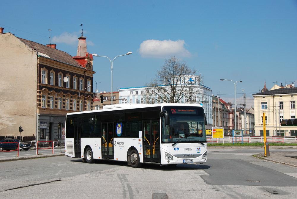 Autobus Iveco Crossway 10,8m LE na autobusovém nádraží v Českém Těšíne. S vozem se konala krátká projížďka městem ukončená u vlakového nádraží. Odtud se zájemci mohli vydat na procházku po zrušené tramvajové trati, v jějímž rámci zazněly i některé doposud veřejně neznámé informace o provozu místního systému tramvají. (foto: Libor Hinčica)