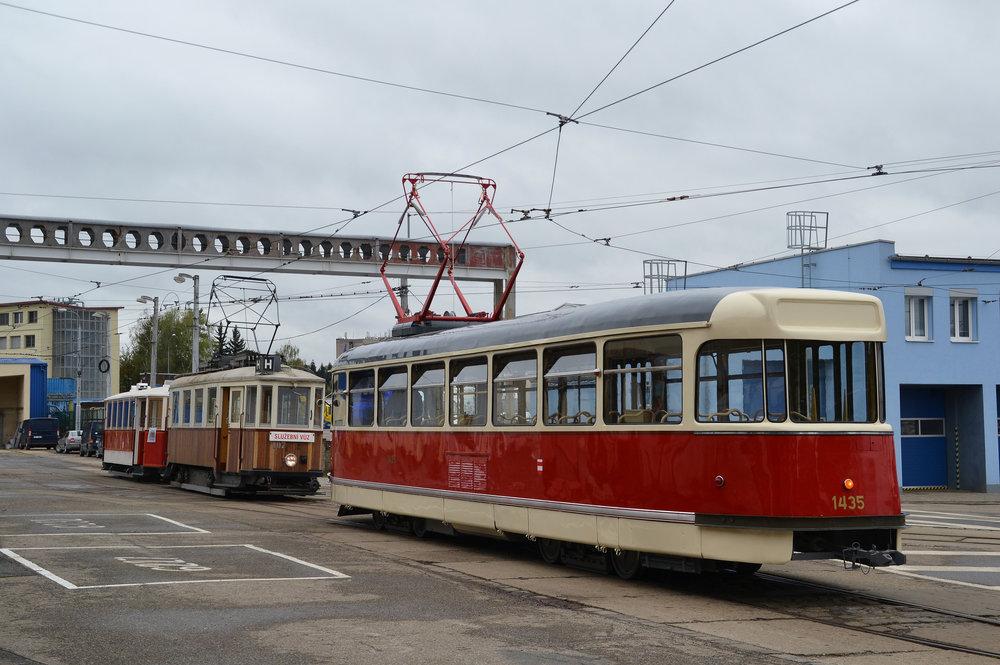 Zadní pohled na opravený vůz, před nímž stojí souprava motorového vozu ev. č 107 a vlečného vozu ev. č. 215, jehož rekonstrukce byla rovněž nedávno dokončena. (foto: Ing. Jiří Černý)