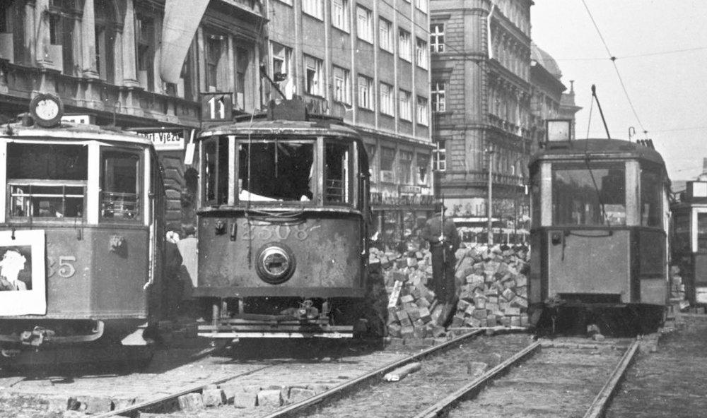 Tramvaje byly vykolejeny, dlažba vytrhána. Vozy elektrických drah se staly výborným stavebním kamenem pro barikády, jež však mohly zadržet jen pěchotu a lehké motorizované jednotky.