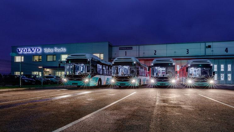 Část flotily nových autobusů Volvo 7900 Hybrid pro Tallinn. (foto: Volvo Buses)