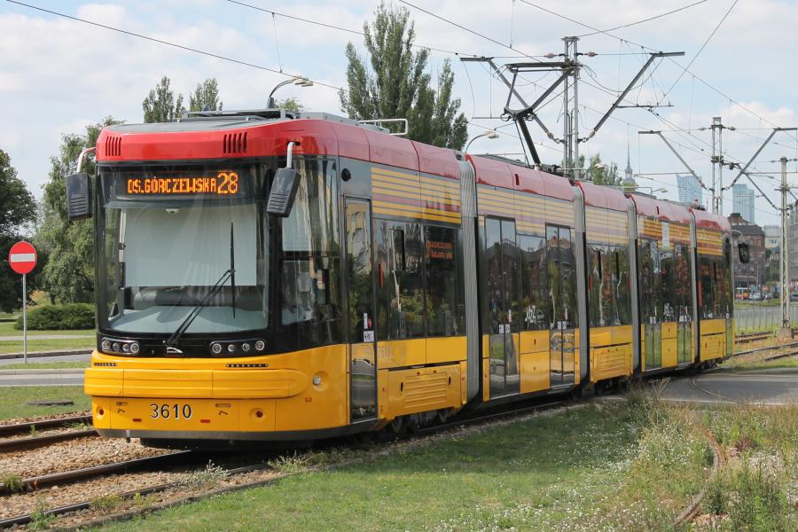 V posledních letech dodávala do Varšavy nové tramvaje polská PESA. Na snímku vidíme vůz Pesa Jazz Duo 128N. (zdroj. Wikipedia.pl)