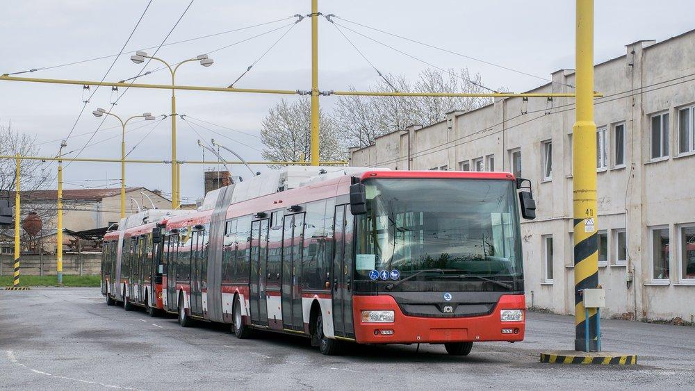 Okrem sólo vozidiel bolo kúpených aj 10 článkových trolejbusov. (foto: Dávid Hanušovský)