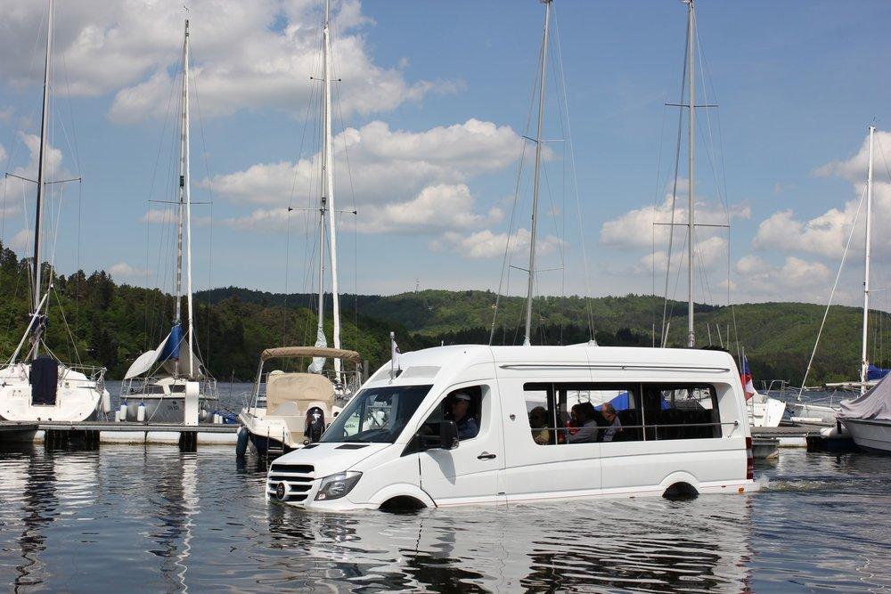 Obojživelný prototyp autobusu ENJOY SPRINTER postavený na platformě Mercedesu-Benz. (foto: Auto-Bus.cz)