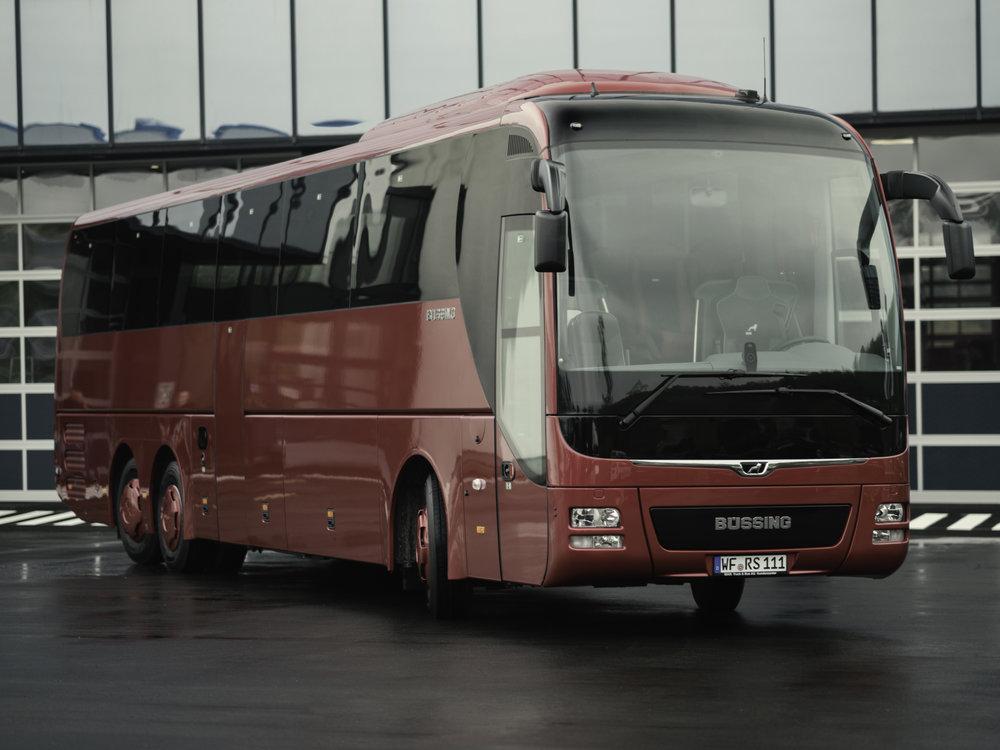 """MAN Lion's Coach """"Büssing Edition"""". Na čele autobusu je vidět nápis Büssing. MAN převzal firmu Büssing AG v roce 1972 a do roku 1979 nabízel autobusy i nákladní vozy tohoto výrobce pod značkou MAN-Büssing. V roce 1979 se však název Büssing vytratil a zůstal jen MAN. Po 38 letech se tak staré logo výjimečně na autobusech MAN objevilo znovu. (foto: MAN Truck & Bus)"""