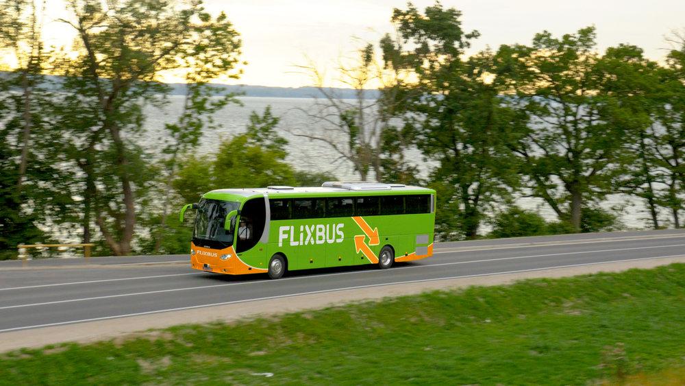 Autobusy pod značkou Hellö vznikly jako reakce na sílící konkurenci dálkových autobusů, zejména těch od německého FlixBusu. Po necelém roce se z hlavního nepřítele stal obchodní partner, který autobusy ÖBB přebírá. (foto: FlixBus)