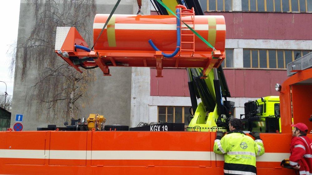 Instalace kropicí nádrže na vůz ev. č. 5572. (foto: DPP)