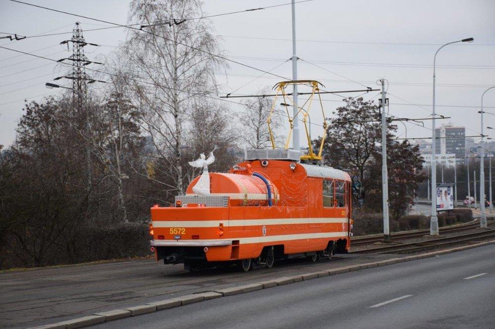 Cisternu na sobě tramvaj vozí již od zimy, kdy byl vůz mj. netradičně vánočně vyzdoben (foto: DPP)