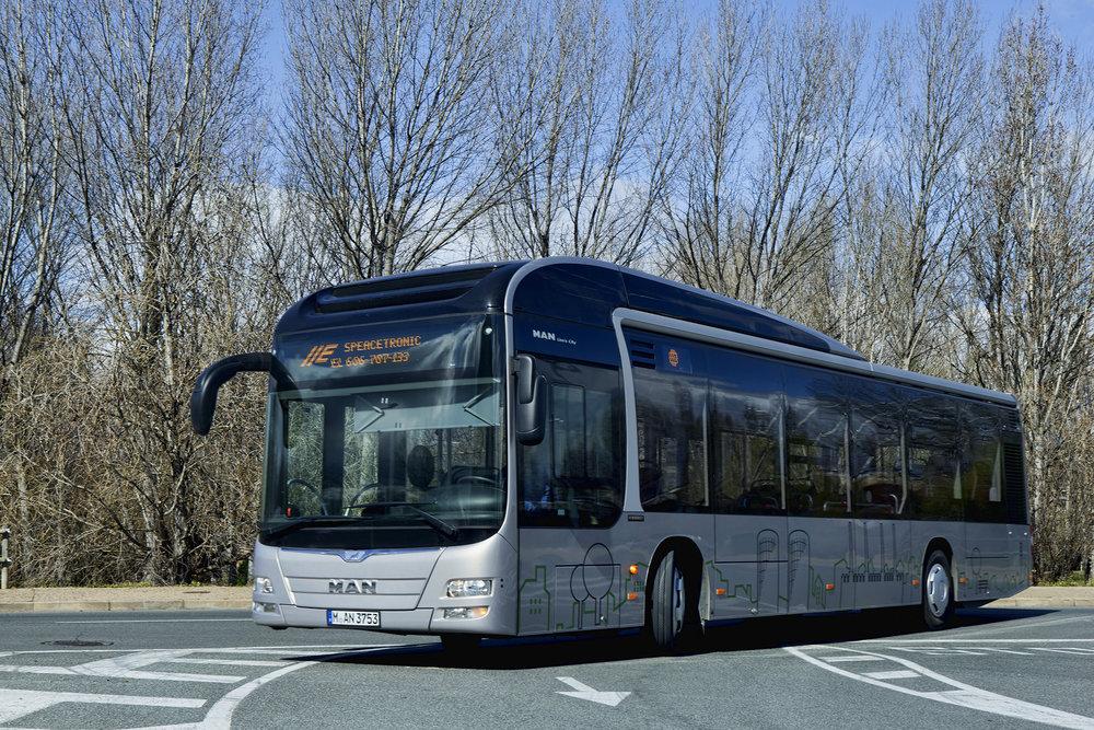 MAN již dnes hybridní autobusy nabízí, nicméně model, který by měl být představen v závěru roku 2017, by měl být výrazně inovován a svou konstrukcí přispět k dosažení vyšších úspor paliva. (foto: MAN Truck & Bus)