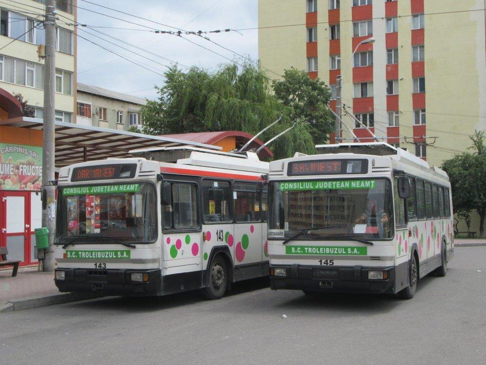 Ex-lyonské trolejbusy ev. č. 143 ( ex-Lyon 2836) a 145 (ex-Lyon 2816) na centrální zastávce Darmanesti ve středu města. (foto: Gunter Mackinger)