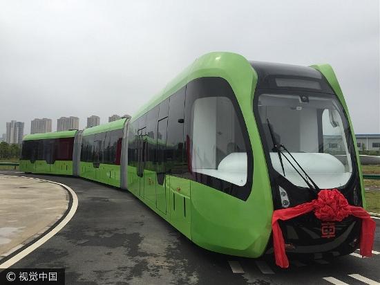 První prototyp netradičního vozidla o délce 30 m je vyhotoven v obousměrném a oboustranném provedení. Šířka vozové skříně činí 2 650 mm (je tedy odvozena z tramvají).(foto: CRRC Zhuzhou)
