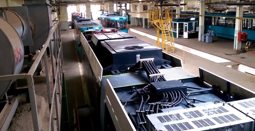 """Pohled na střechu vozidla a uspořádání komponent elektrické výzbroje a klimatizace. (foto: """"TURBO JET"""")"""