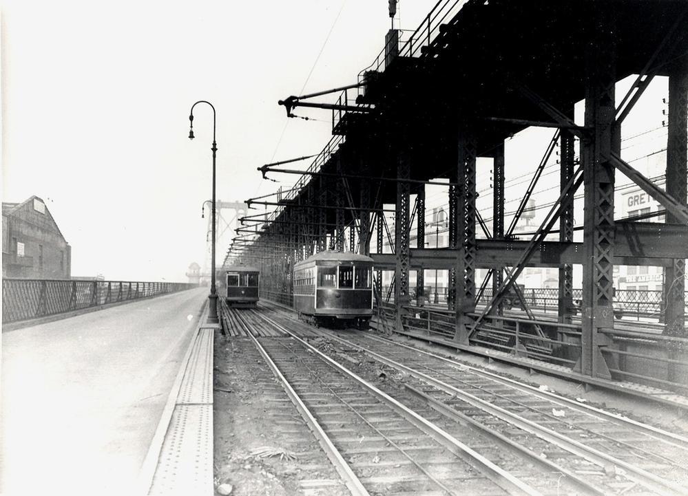 Tramvaje koncepce Peter Witt přejíždějí přes most Williamsburg Bridge v New Yorku. Ten dnes slouží jen pro potřeby automobilů, pěších a metra, v minulosti se na něm nacházely i tramvajové koleje, a to po dvou na severní a jižní straně. Po jižní jezdily tramvaje z Brooklynu na podzemní terminál na Manhattanu, po severní naopak tramvaje z Manhattanu na terminál v Brooklynu (Washington Plaza). (zdroj: wikipedia.org)