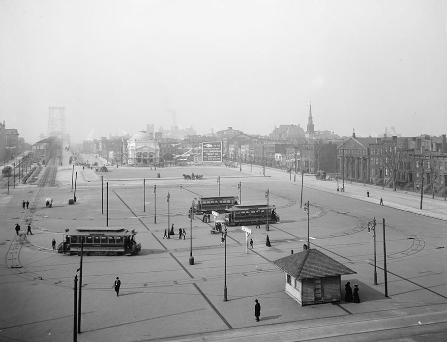 Tato fotografie zřetelně ukazuje ukončení tramvají z Manhattanu v Brooklynu na Washington Plaza. Jak je ze snímku patrné, bylo hned za mostem zřízeno několik smyček (zde však povrchových), kde se tramvaje otáčely a mířily zpět na Manhattan. Naopak vozy z Brooklynu, jezdící po jižní straně mostu (jedna tramvaj jde zcela vlevo na snímku vidět), končily hned za mostem na Manhattanu, a to v nezvyklém podzemním terminálu.(zdroj: Wikipedia.org)