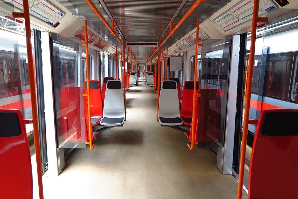 Plastová sedadla ve voze ev. č. 4270 soupravy metra typu M1. (foto: DPP)
