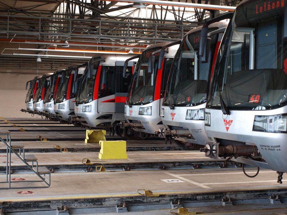 Soupravy metra M1 v depu Kačerov. (zdroj: Wikipedia.org)