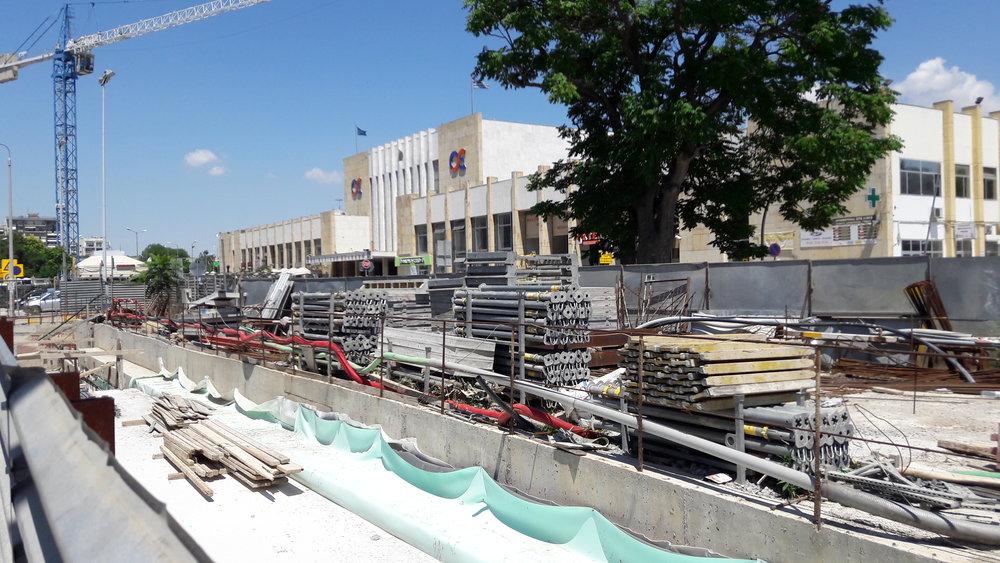 Prostor před tzv. novou železniční stanicí v první polovině června 2017.