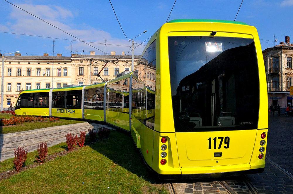 Electrony se vyznačují poněkud kontroverzním provedením zadního čela, které má připomínat autobus. Na fotografii je jediný pětičlánkový vůz pro Lvov. (foto: Electron)