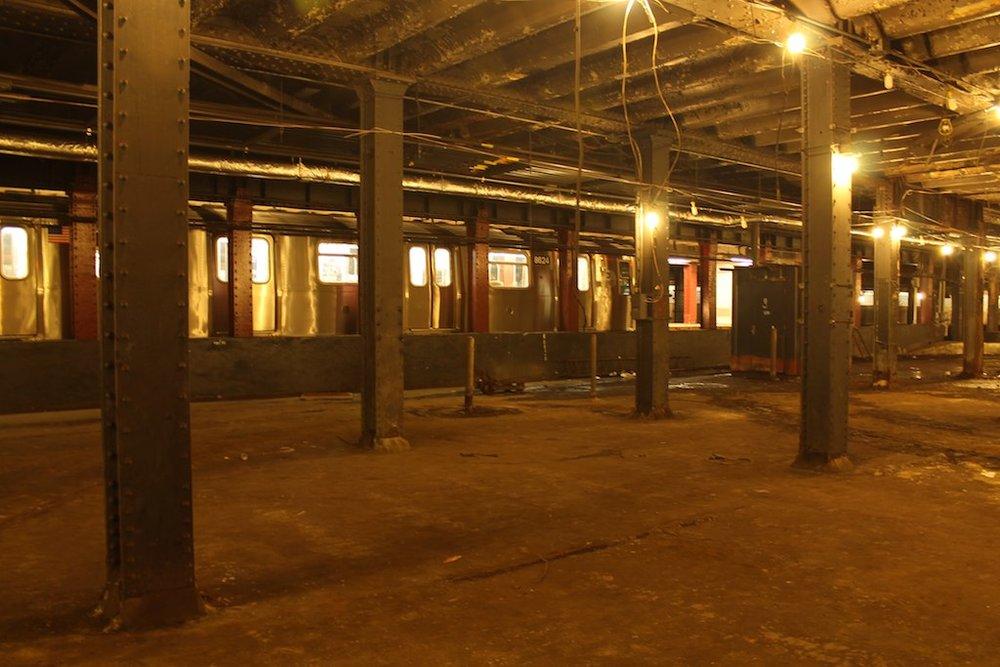 Pohled z prostoru tramvajového terminálu ke stanici metra. Ta nadále slouží svému účelu. (foto: The Low Line)