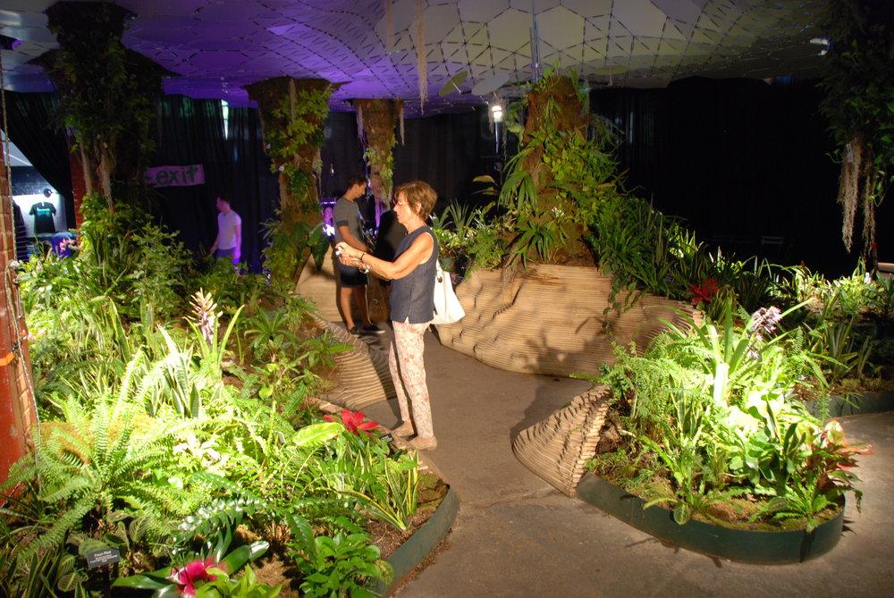 Procházka mezi záhony. Low Line Lab téměř dva roky demonstrovala, jak by mohl podzemní park vypadat, byť jen na malinkatém kousku. (foto: Libor Hinčica)
