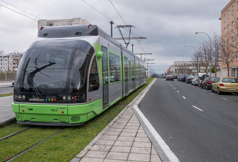A ještě jednou tramvaj Urbos 2. Stejná jezdí i v Bilbau.(foto: Juanjo Olaizola Elordi)