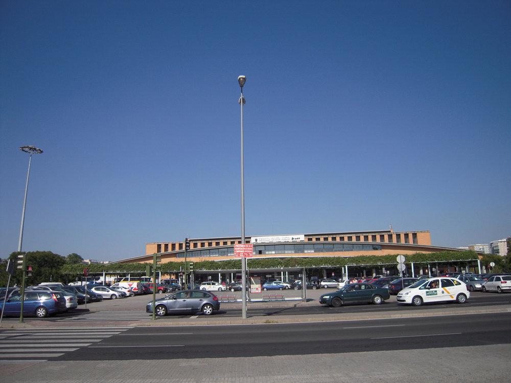 Nádraží Santa Justa na snímku z roku 2010. Za dva roky by před ním měly stavět tramvaje, které by zároveň měly přispět k celkovému zkulturnění přednádražního prostranství.