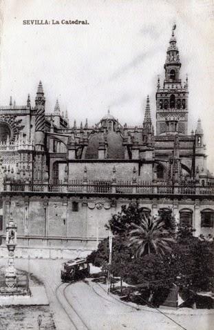 Nedatovaná historická fotografie u sevillské katedrály. (foto: archiv EuskoTren/Museo Vasco del Ferrocarril)