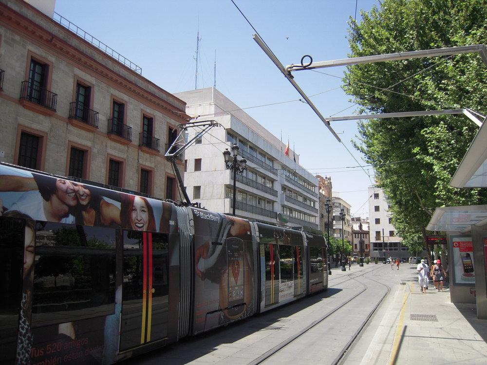 Nabíjecí rameno na konečné Plaza Nueva