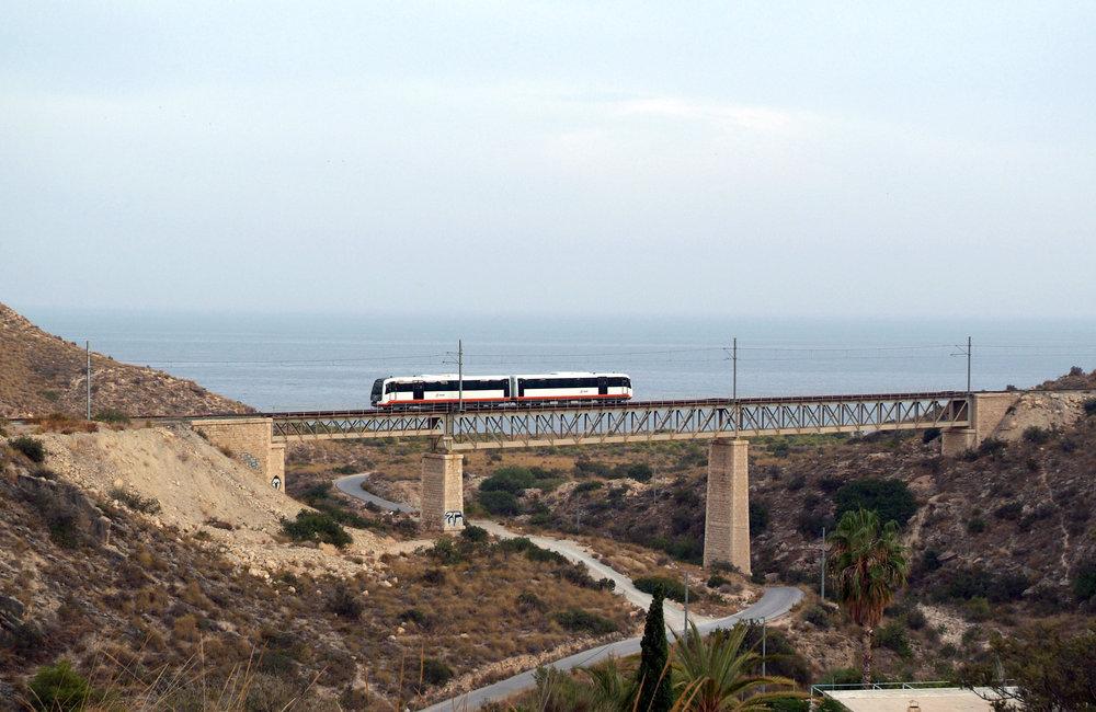 Alicantský tramvajový systém byl vybudován při pobřeží Středozemního moře a jeho základem se stala úzkorozchodnáželezniční traťAlicante –  Denia, která je od roku 2001 postupněpřebudovávána a elektrizována pro potřeby tramvajového provozu, přičemž i motorové vlaky mohou upravenou infrastrukturu nadále využívat, o čemž svědčí i tento snímek. (foto: FGV)
