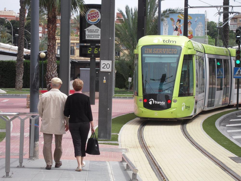 Na snímku z 17. 5. 2011 vidíme jednu z tramvají Alstom Citadis 302 ve zkušebním provozu. O 10 dní později se murcijský provoz otevřel.