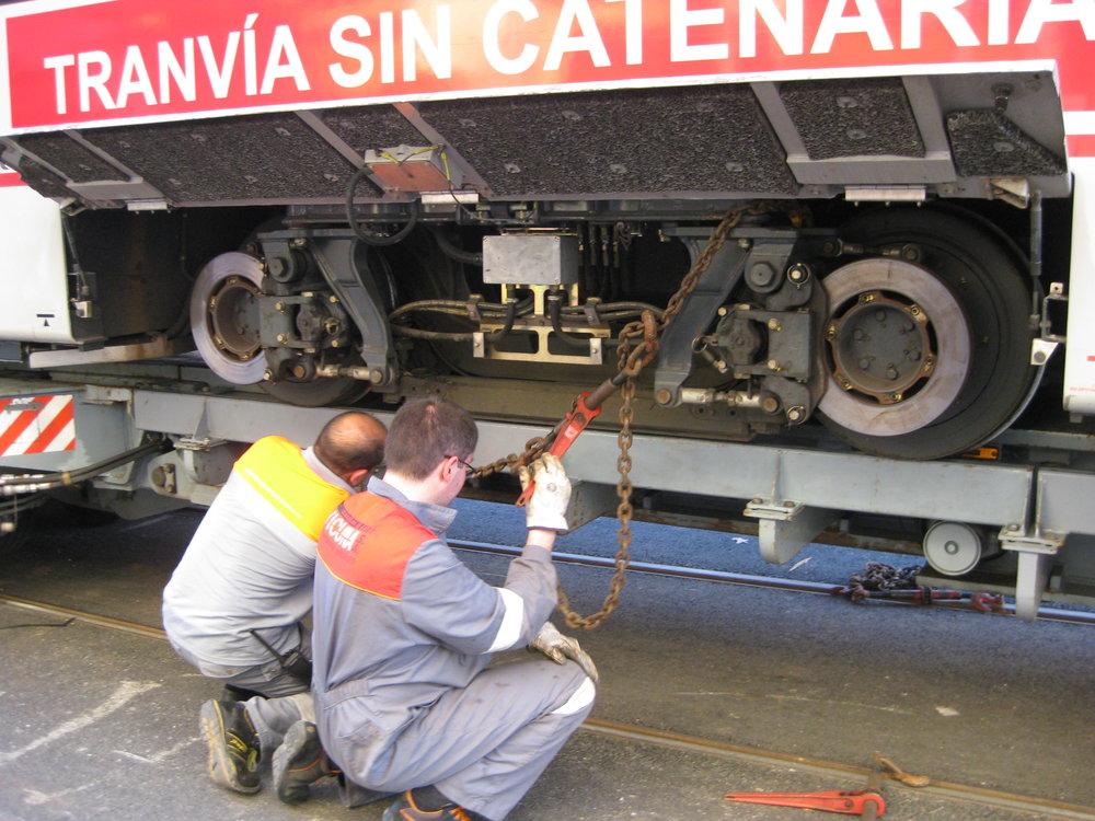 Stahování tramvaje Urbos ev. č. 105 po zkouškách se superkondenzátory. (foto: Miguel Cano López-Luzzatti)