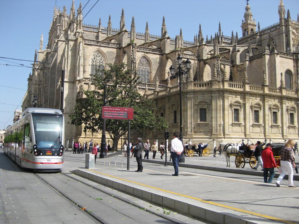 Vůz Urbos 3 u katedrály ještě před odstraněním trolejí.(foto: Miguel Cano López-Luzzatti)