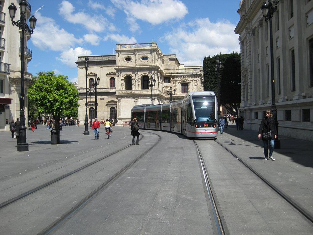 Někdo to rád bez trolejí... Tramvaj Urbos u katedrály po odstranění trolejí.(foto: Miguel Cano López-Luzzatti)
