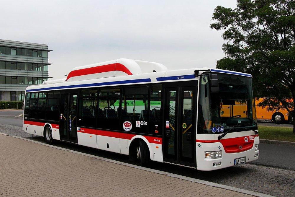 Netradiční dvoudveřové provedení autobusu SOR NB 12 CITY. (foto: Roman Vanka)
