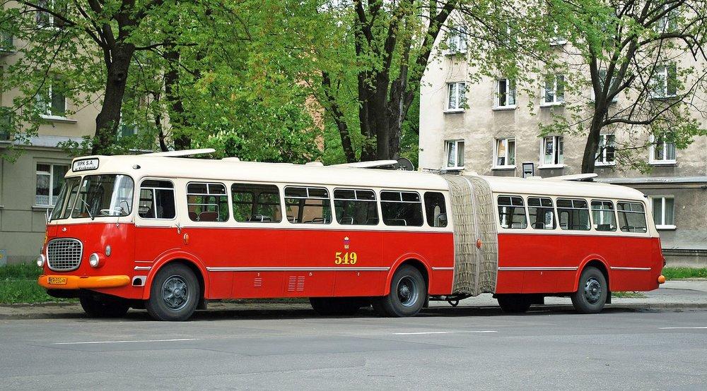 Historický Jelcz 021 v Krakowě. Tento model představuje zkrácenou verzi, která byla vyráběna až od roku 1967. (zdroj: Wikipedia.org)