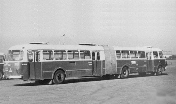 Jelcz AP-02 dosahoval délky téměř 18m a vyráběn byl na základě dokumentace předané z MPA Warszawa. Tento snímek pochází z polského Krakowa. Podle dostupných informací bylo vyrobeno několik stovek těchto vozů, které však neměly nic společného s československým prototypem Škoda 706 RTO-K. (zdroj: MPK Kraków)
