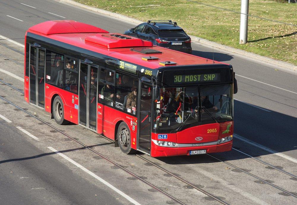 Bratislava zaobstarala v rokoch 2014 a 2015 celkom 10 autobusov Solaris Urbino 10. Teraz by k nim malo pribudnúť ešte 6 kratsích vozov Urbino 8,6. Ostatné časti veľkého tendra vyhrali SOR a Iveco Bus.(foto: Henrich Kleiner)