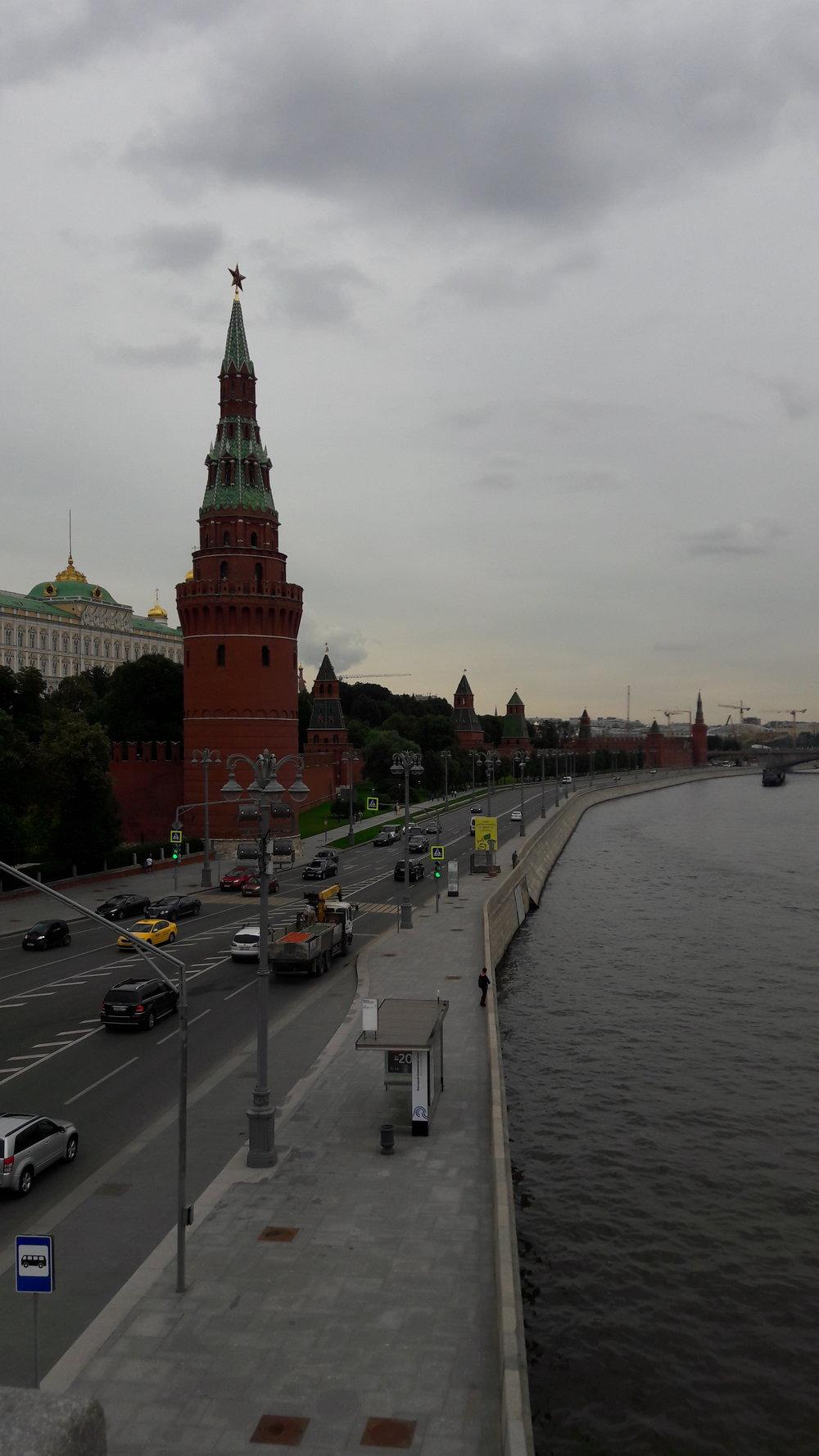 Příznivci trolejbusůse obrátili s prosbou o zastavení rušení trolejbusů i na nejmocnějšího muže Ruska. Tomu však pod Kremlem dráty v nedávné době zmizely, takže trolejbusy zřejměspasit nemíní.